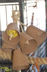 Jouet pour perroquet à fabriquer soi-même : mobile de cloches en carton et vigne