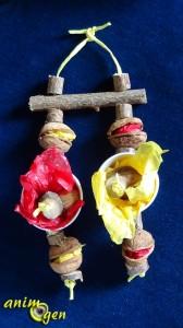 Jouet d'automne à suspendre pour nos perroquets, fabriqué avec des rondelles de noisetier et des coquilles de noix