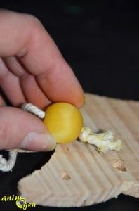 Jouet pour perroquet à fabriquer : un sapin de bois décoré à fourrager pour Noël