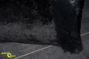 Si le fabricant le recommande pour les chats, les dimensions spacieuses du Sac Royal Pet Black XXL rendent également son emploi possible pour les chiens de petite taille et nos amis furets. C'est d'ailleurs pour ces derniers que nous l'avons testé, aussi une petite bride en élastique a-t-elle été cousue en prime à l'extérieur, sur le haut du tunnel, pour lui éviter d'être renversé et promené dans leur cage. Un petit mousqueton permet alors la fixation aux barreaux de cette dernière.