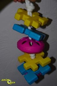 Jouet pour perroquet par détournement d'objet : balle perforée Fortesan (test, avis, prix)